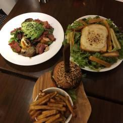 Salade biquette, grilled-cheese cocotte et burger végé