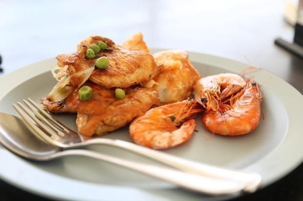 Assiette poisson et crevettes
